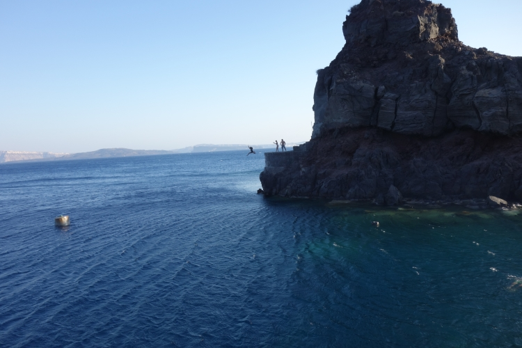 06 Amoudi bay cliff jumping